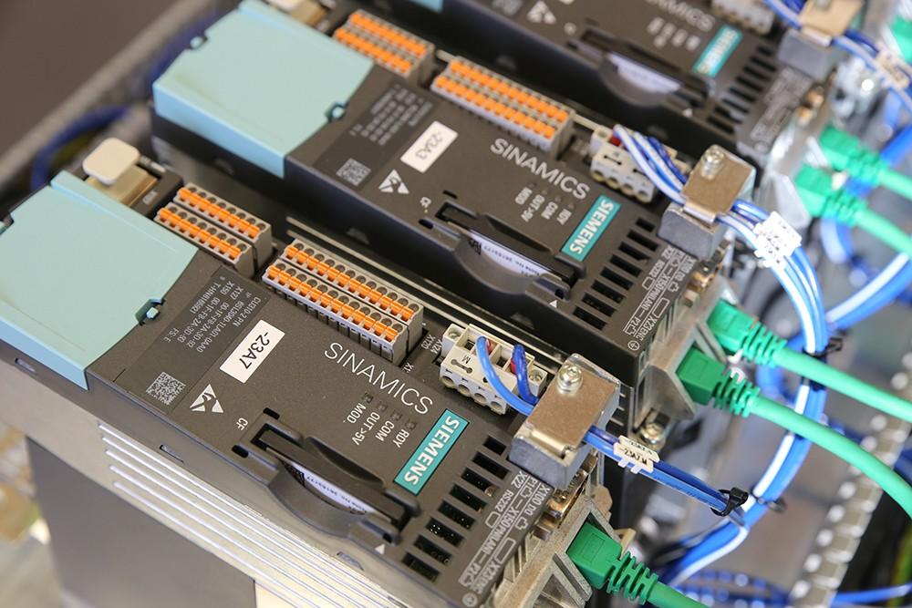 Mit Safety Integrated liefern wir die intelligente Antwort auf kontinuierlich steigende Anforderungen an die funktionale Sicherheit einer Maschine oder Anlage. Unsere umfassenden und durchgängigen Lösungen für die Fertigungs- und Prozessindustrie…