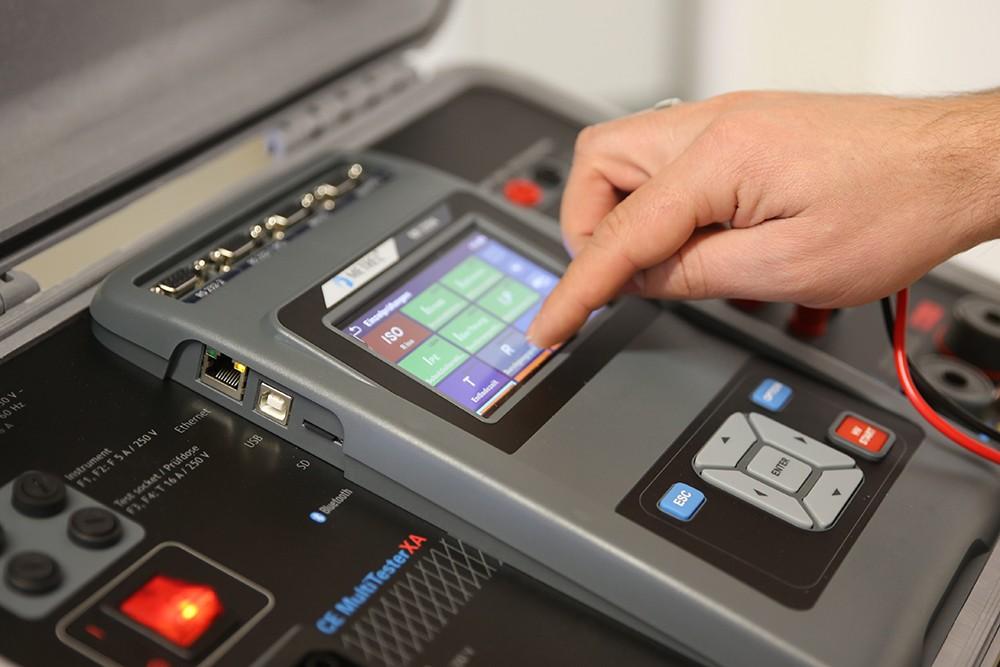Mit der Integration der Sicherheitstechnik in den Antrieb sind flexiblere Sicherheitsfunktionen als der einfache Not-Stopp der Maschine möglich. Damit werden auch die Zuverlässigkeit und die Reaktionszeit der Anlage erhöht.…